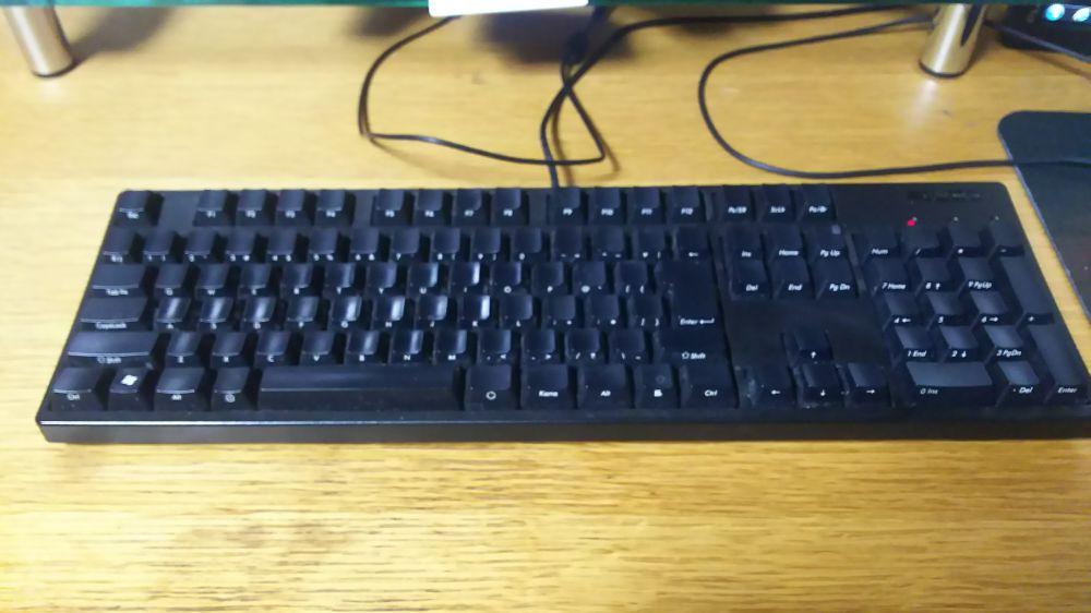 ゲーミングとかじゃないふつうのキーボード。FILCOの赤軸。 上はともかく左端にファンクションキーの追加された奴は嫌だし、  光るのも嫌だからゲーミングキーボードを